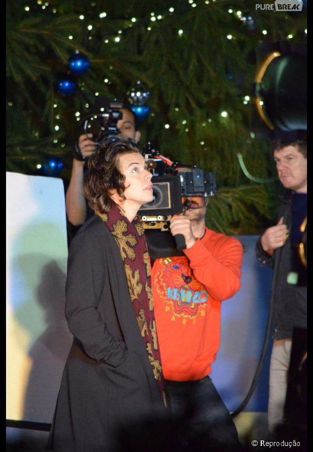 Harry Styles é visto gravando com sua equipe no Museu Histórico Natural de Londres