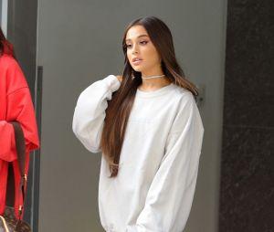 """Ariana Grande postou esta foto com a sacola """"Sweetener"""" em seu Instagram mas nem imaginava o que poderia acontecer"""