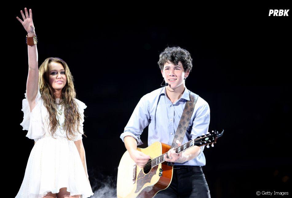 """Em """"Chasing Happiness"""", Nick Jonas fala sobre seu relacionamento com Miley Cyrus"""