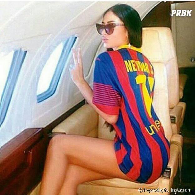 A modelo sérvia Soraja Vucelic publicou uma foto usando uma camisa de Neymar do Barcelona dentro de um jatinho