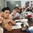 """Elenco de """"Riverdale"""" presta tributo a Luke Perry no início das gravações da 4ª temporada"""