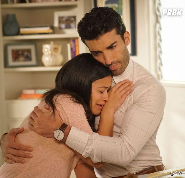 """Após sugestão de editora, Jane (Gina Rodriguez) acha que Mateo (Elias Janssen) não é seu filho em """"Jane the Virgin"""""""