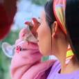 """""""Elite"""": Lucrécia(Danna Paola) já tinha tomado seu drink, mas na cena seguinte, seu copo aparece cheio!"""