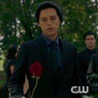 """Jughead pode estar em perigo após morte de personagem em """"Riverdale"""""""