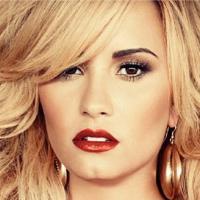 """Loira, Demi Lovato afirma que filhos só depois dos 30: """"Meus instintos para mãe são grandes"""""""