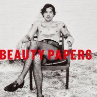 Harry Styles rompe com estereótipos e posa de maquiagem e meia arrastão para revista britânica