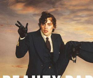 Harry Styles é a nova capa da Beauty Papers! Cantor usa maquiagem e salto em ensaio