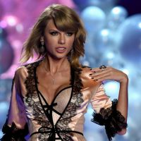 "Taylor Swift rouba a cena no Victoria's Secret Fashion Show com as músicas ""Blank Space"" e ""Style"""