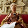 """Bridgerton"": Rainha Charlotte (Golda Rosheuvel) tem figurinos chamativos e perucas absurdas"