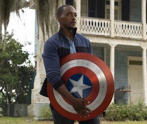 """""""Falcão e o Soldado Invernal"""": Sam Wilson (Anthony Mackie) deve ganhar novo uniforme do Capitão América no último episódio"""