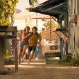 """""""Outer Banks"""": nas fotos da 2ª temporada, John B (Chase Stokes) e Sarah (Madelyn Cline) aparecem fugindo"""