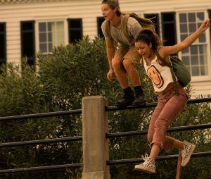 """""""Outer Banks"""": Kiara (Madison Bailey) e JJ (Rudy Pankow) também aparecem fugindo em fotos da 2ª temporada"""