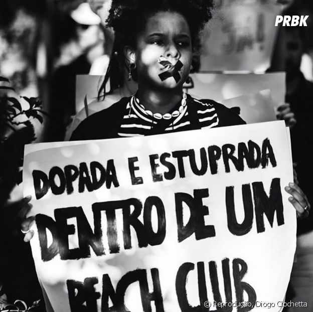 Meninas manifestam em frente ao local do crime em julho de 2019