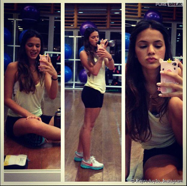 Bruna Marquezine é gente como a gente e pausa a musculação para aquela foto no espelho da academia