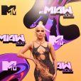 """MTV Miaw 2021: Luísa Sonza usou um vestido com vetores de fogo desenhados, customização da versão original de """"Mapping Vector Trompe l'Oeil"""", criado por Sergio Castaño Peña, e sandálias René Caovilla"""