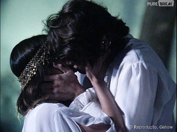 """Em """"Malhação"""", Pedro (Rafael Vitti) e Vicki (Manu Gavassi) se beijam durante o acampamento"""