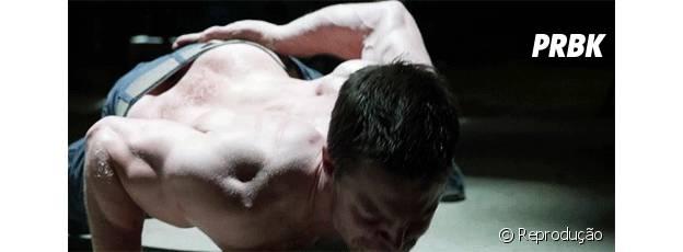 Stephen Amell fazendo flexão com um braço