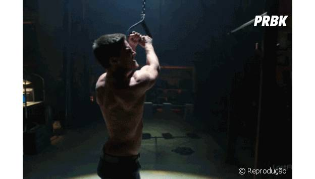 Stephen Amell malhando os músculos laterais