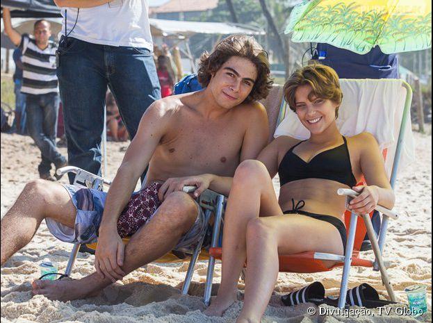 """Perina vai à praia em """"Malhação""""! Rafael Vitti e Isabella Santoni posam nos bastidores da novelinha"""