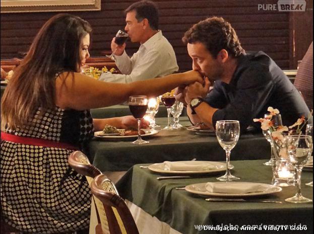 """Nos próximos capítulo de """"Amor à Vida"""", Daniel (Rodrigo Andrade) beija a mão de Perséfone (Fabiana Karla) ao propor o namoro..."""
