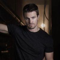"""Em """"Arrow"""": Na 3ª temporada, Oliver (Stephen Amell) ganha um novo inimigo no season finale!"""