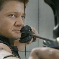 """De """"Os Vingadores 2"""": Vídeos de bastidores revelam detalhes sobre Gavião Arqueiro e martelo do Thor"""