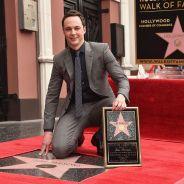 """Jim Parsons, o Sheldon de """"The Big Bang Theory"""", comemora ao ganhar estrela na Calçada da Fama"""