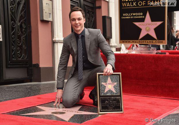 """Diretamente de """"The Big Bang Theory"""", Jim Parsons posa com sua estrela na Calçada da Fama de Hollywood"""