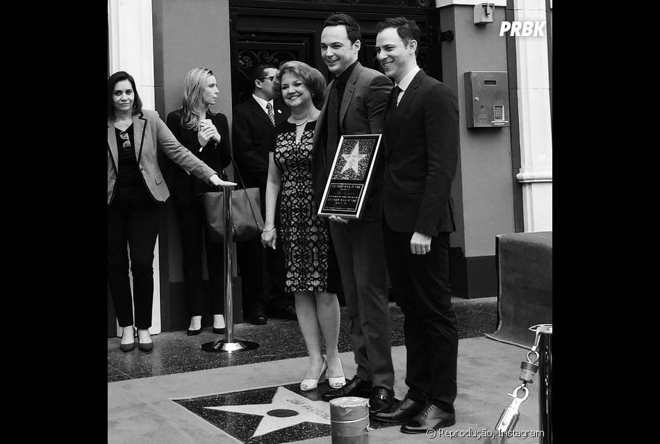 """De """"The Big Bang Theory"""", Jim Parsons posa com a mãe e seu namorado, Todd Spiewak, ao receber sua estrela na Calçada da Fama"""