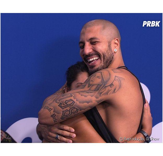 Fernando abraça Amanda para comemorar a liderança da sister