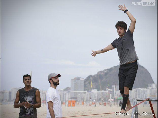 """Chay Suede arrasa no slackline, sob os olhares atentos de Marcelo Mello Jr., nas gravações de """"Babilônia"""""""