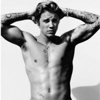 Justin Bieber posa de toalha e exibe tanquinho sarado em novo ensaio sexy