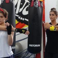 """Isabella Santoni, a Karina de """"Malhação"""", treina muay thai com colega de elenco"""