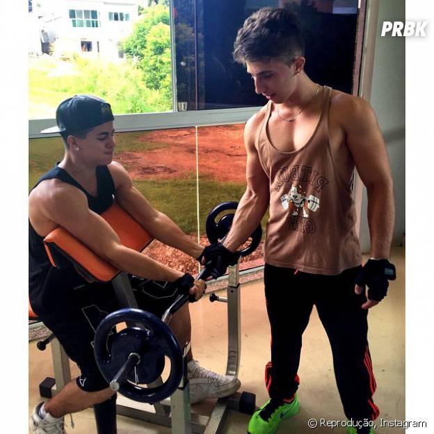 Biel recebe acompanhamento de um personal trainer na academia