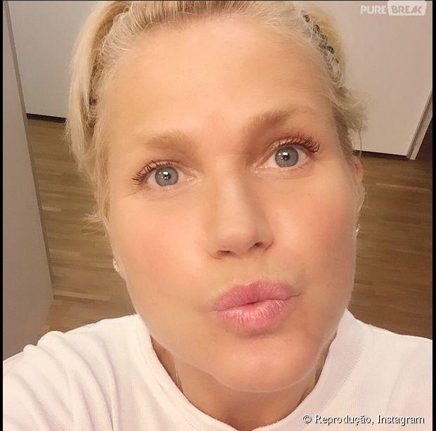 """Xuxa assusta fãs com vídeo no Instagram em que aparece desejando """"boa noite"""" e sem maquiagem!"""