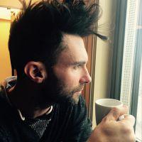Adam Levine, do Maroon 5, é atacado por fã que ainda joga açúcar em seu rosto! Confira os detalhes