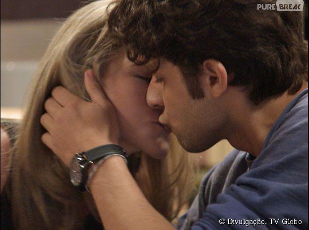 """Em """"Babilônia"""", Rafael (Chay Suede) e Cecília (Hanna Romanazzi) vão ter a primeira noite juntos"""