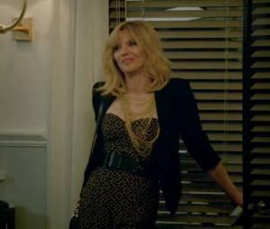 "White Gold (Courtney Love) foi pega de surpresa por Nolan (Gabriel Mann) e Margaux (Karine Vanasse) em ""Revenge"""