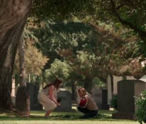 """David (James Tupper) morreu e Emily (Emily VanCamp) foi visitar seu túmulo ao lado de Charlotte (Christa B. Allen) em """"Revenge"""""""