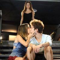 """Novela """"Malhação"""": Vicki (Manu Gavassi) beija João e Bianca morre de ciúmes quando vê"""
