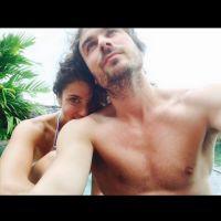 """Ian Somerhalder, de """"The Vampire Diaries"""", e Nikki Reed aparecem apaixonados em selfie na lua de mel"""