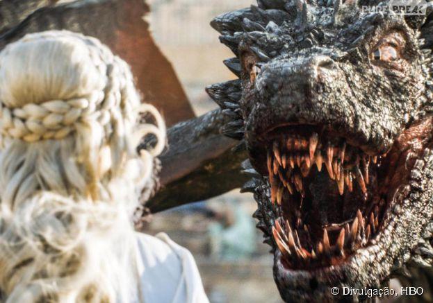 """Em """"Game of Thrones"""", Daenerys (Emilia Clarke) foi salva por seu Drogon"""