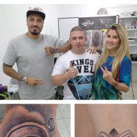 """Aline Gotschalg e Fernando Medeiros, do """"BBB15"""", fazem novas tatuagens juntinhos e apaixonados"""