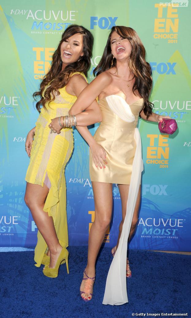 Demi Lovato e Selena Gomez visitam clínica de reabilitação para ajudar no tratamento de pacientes