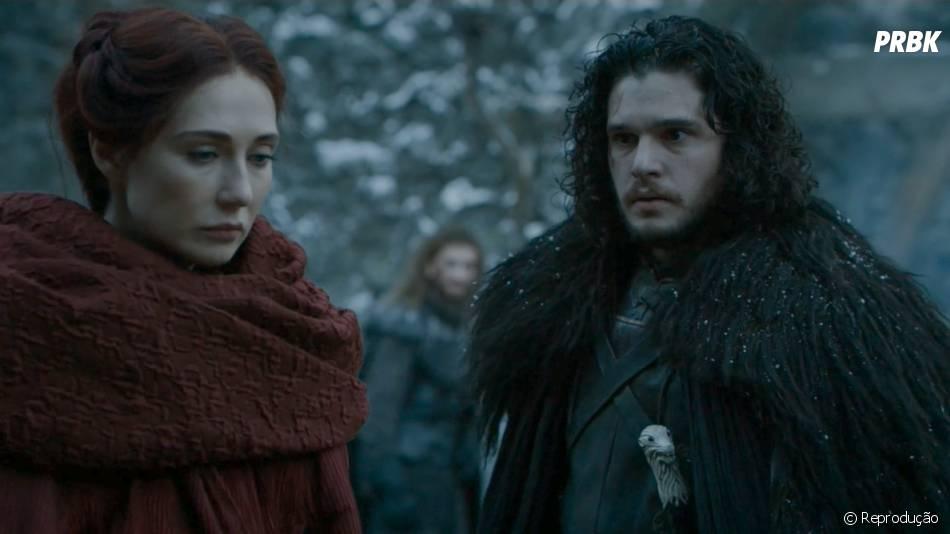 "Em ""Game of Thrones"", Jon Snow (Kit Harington) foi assassinado, mas será que Melisandre (Carice Van Houten) vai salvá-lo?"