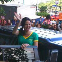 """Série """"Once Upon a Time"""": Lana Parrilla (Regina) chega no Brasil e é recebida aos gritos por fãs!"""