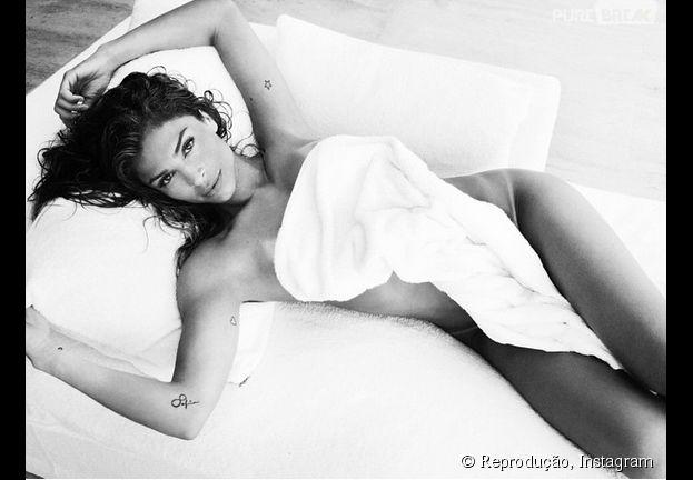 Grazi Massafera fica seminua para a série de famosos de toalha de Mario Testino