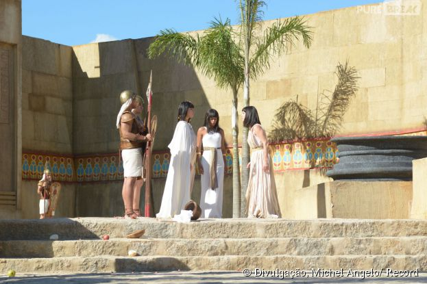 """Nefertari (Camila Rodrigues) rejeita ajudar Yunet (Adriana Garambone), em """"Os Dez Mandamentos"""": a mãe amaldiçoa a filha"""