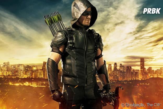 """O novo uniforme de Oliver Queen (Stephen Amell) foi revelado para """"Arrow"""" na Comic-Con 2015!"""