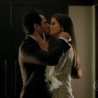 """Novela """"Verdades Secretas"""": Angel trai Carolina e transa com Alex após lua de mel constrangedora!"""